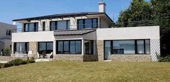 Minco_maison-contemporaine_grandes-baies-vitrées_bois-alu