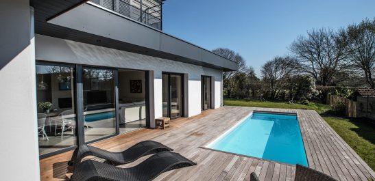 Minco_terrasse_piscine_grandes baies coulissantes 3 vantaux_bois-alu